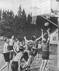 Играют в баскетбол