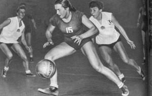 баскетболистки Эстонии и Латвии.
