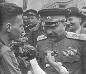 маршал С. М. Буденый тепло прздравляет победителя гонки