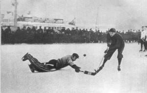 Мяч отбивает известный хоккеист Валентин Гранаткин