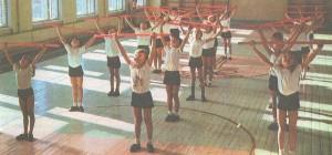 Занятия физкультурой в спортивном зале.