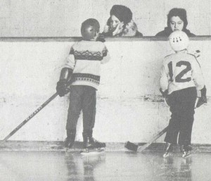 мама знает как играть в хоккей.