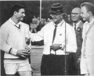 Австралийский тренер  В. Чейв поздравляет С. Лихачева и Т. Лейуса с победой.