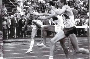 Финиш четырёхкратного чемпиона страны Владимира Шишкина (на снимке справа)
