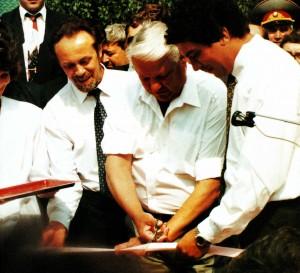 Президент России Борис Ельцин открывает в Нижнем Новгороде новые теннисные корты
