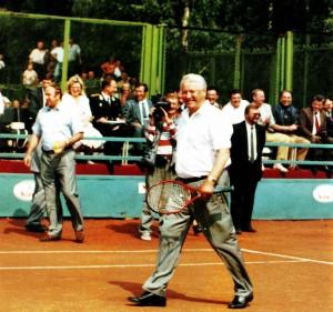 Президент России Борис Ельцин на корте теннисной Академии Заури Абуладзе