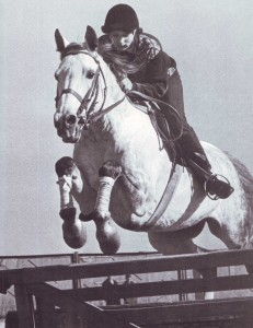 Девушка скачет на лошади